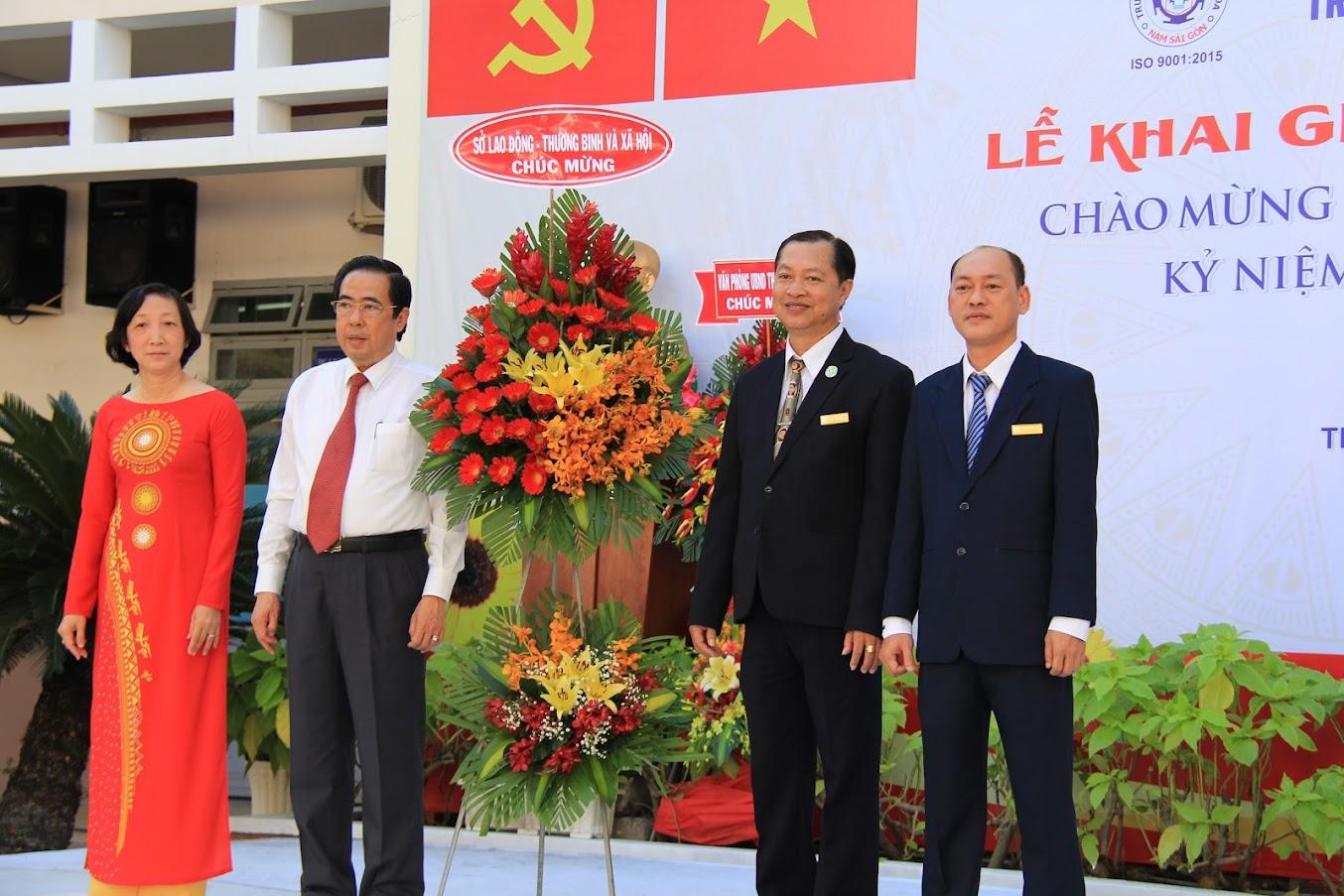 Ông Nguyễn Văn Lâm - Phó Giám đốc Sở Lao động - Thương binh và Xã hội Thành phố Hồ Chí Minh lên tặng hoa chúc mừng lễ khai giảng năm học 2020-2021