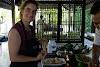 Indonésie. Cours de cuisine de Bali. Enveloppement de crêpe réussie!