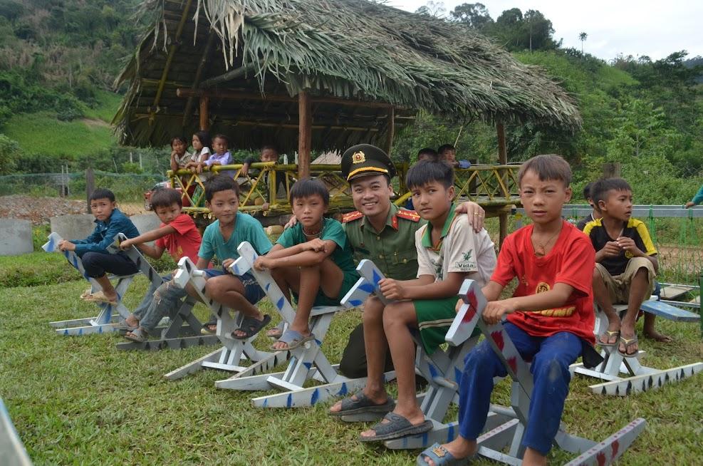 Khu vui chơi trẻ em được Ban tổ chức hoàn thành trong thời gian 15 ngày, với các vật dụng tre, nứa sẵn có thu hút nhiều em nhỏ tham gia.