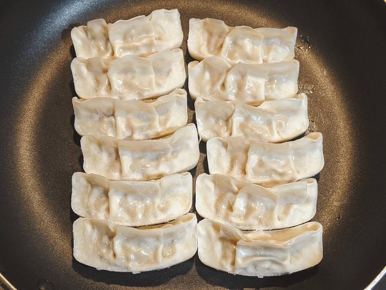 味の素ギョーザ12個をフライパンに並べてセットしている画像