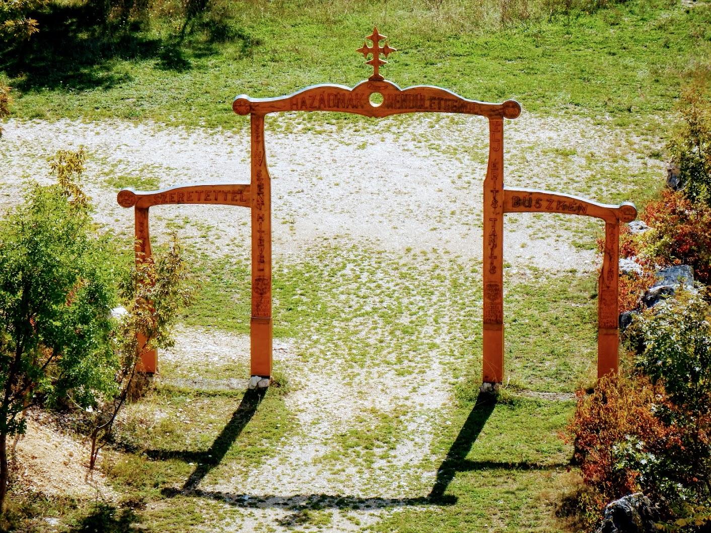 Pilisszántó - Pilis kapuja a sziklasziház bejáratánál