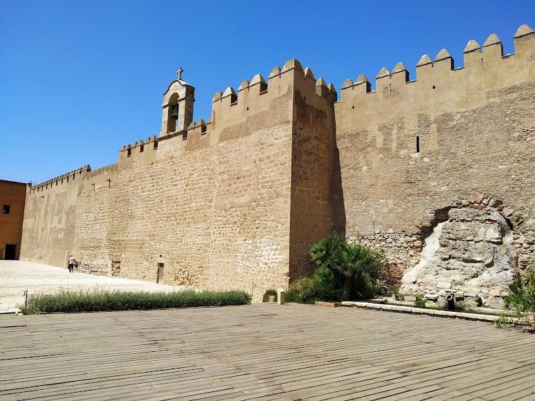 Muro de la Vela con la campana del siglo XVIII y los restos del primitivo frontal del siglo IX