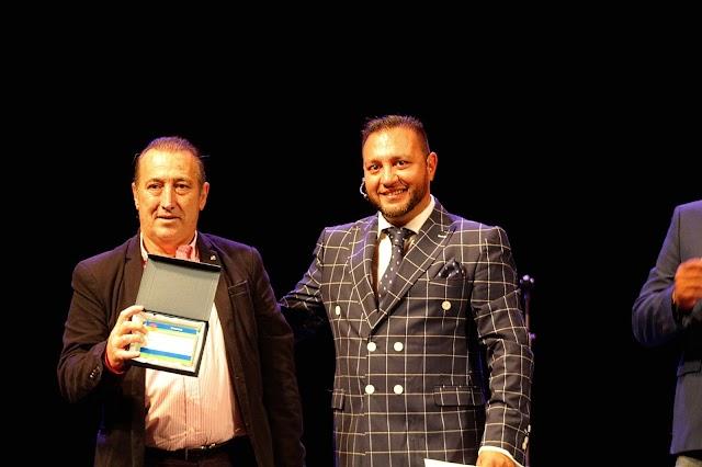 El magistrado Manuel Piñar Díaz, premiado; y David Jiménez, lector del manifiesto.