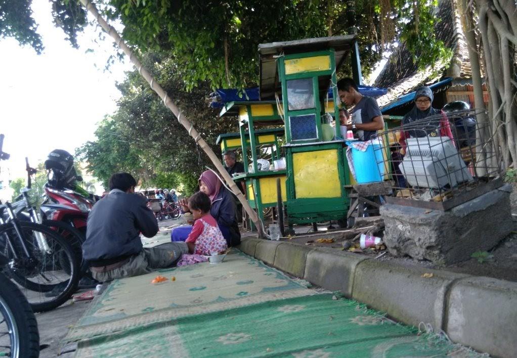 Makan di jalan trotoar, tapi jarang untuk dilewati pejalan kaki