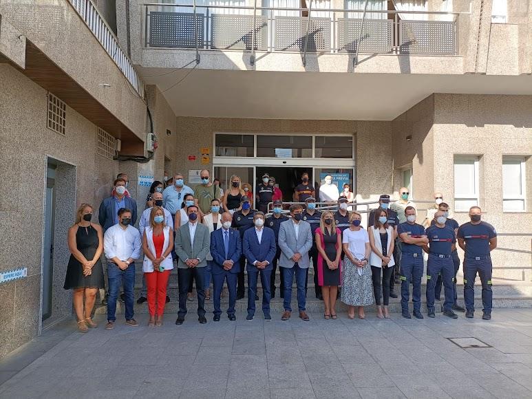 Minuto de silencio a las puertas del Ayuntamiento de Roquetas.