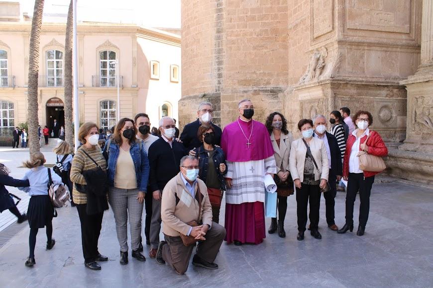 El obispo junto a movimientos cristianos almerienses.
