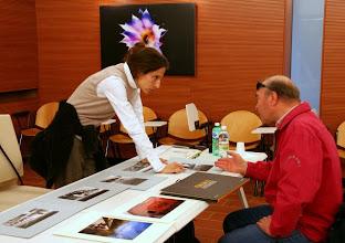 Photo: Laura MARCOLINI legge il portfolio di Ferruccio BLASIZZA