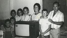 Rosario Carmona y su marido Emilio Ojeda, junto a hijos y vecinos, mostrando el televisor