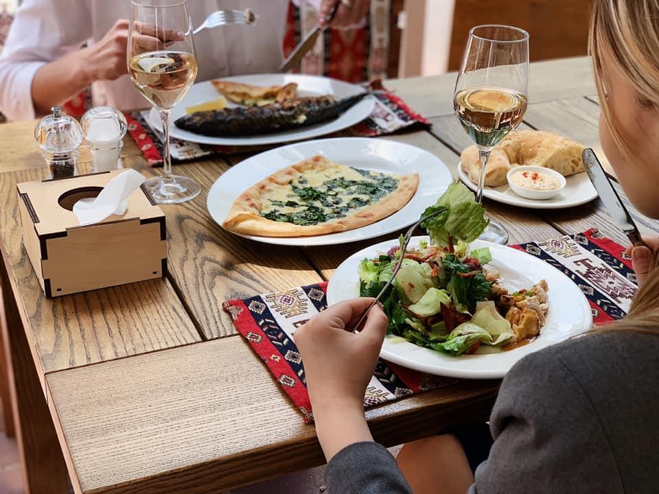 Романтический ужин с дымком в «Хаджибее»: скумбрия и овощи прямо с мангала. Окунитесь в восточную сказку!