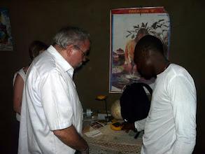 Photo: un cadeau précieux de Jacques à Maxime pour étudier le soir : une lampe solaire de 2 heures d'autonomie