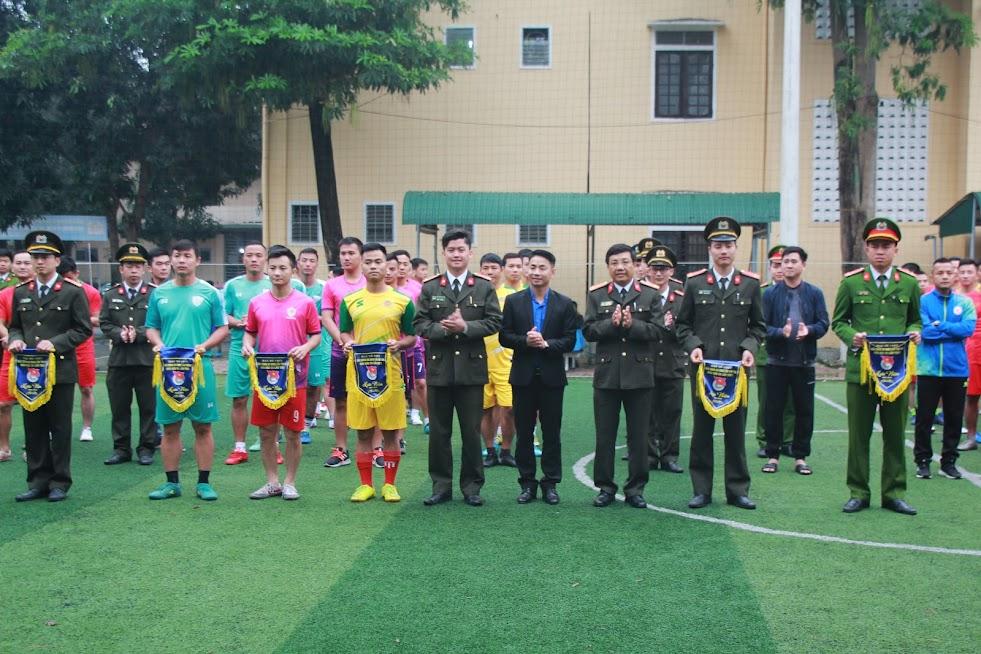 Ban tổ chức trao cờ lưu niệm cho các đội tham dự