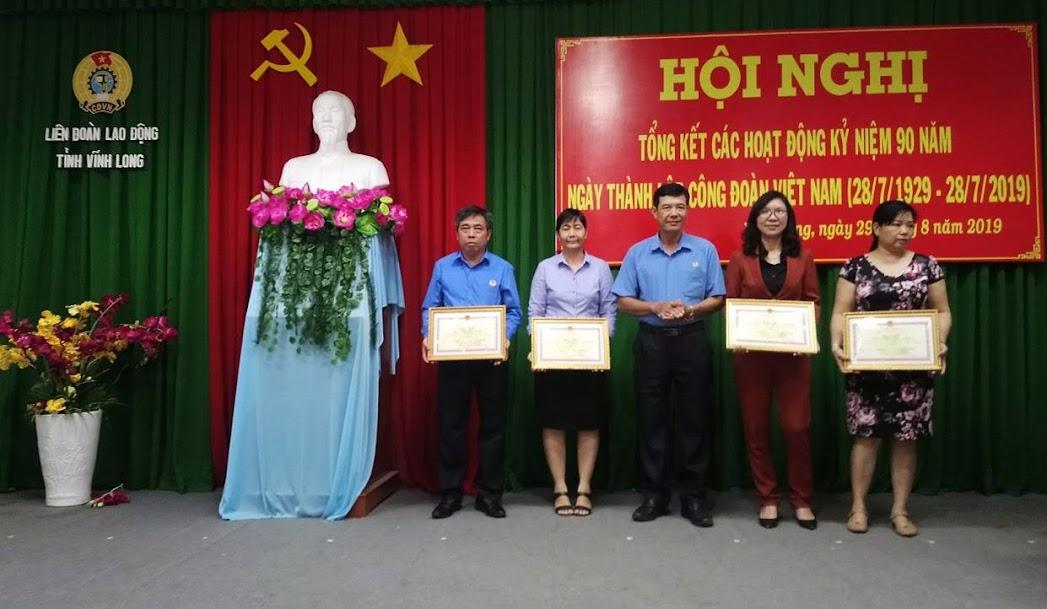 Đ/c Huỳnh Bá Long – Chủ tịch LĐLĐ tỉnh trao bằng khen cho các tập thể xuất sắc trong hoạt động 90 năm Công đoàn Việt Nam.