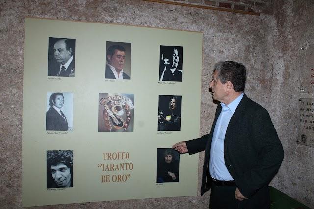 Rafael Morales ante las fotos de algunos de los grandes galardonados con el Trofeo Taranto de Oro.