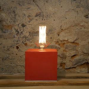lampe béton ciré rouge cube design par la créatrice junny objets de déco en béton fait-main made in France