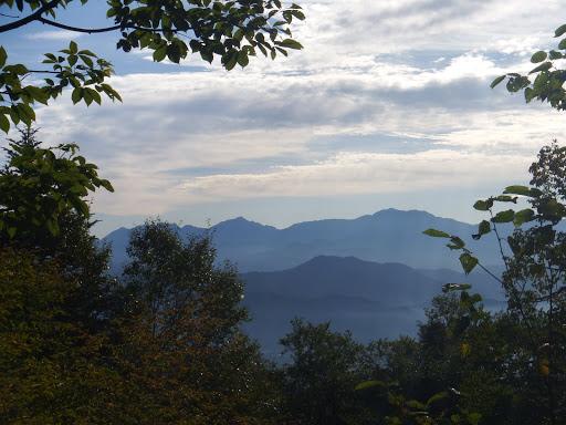 遠くの山並み(甲斐駒ケ岳・仙丈ヶ岳、手前に戸倉山)