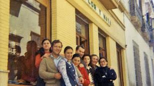 Don Ángel, el confitero de la calle Mariana, en la puesta de su negocio rodeado de su familia