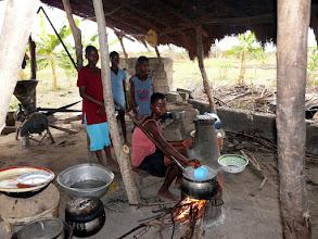 Photo: la traditionnelle cuisine pour la vingtaine d'orphelins