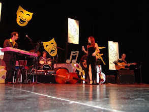 Photo: Broward Center for the Performing Arts stage (Lilian performs with musicians: Rusty Taylor - base, Azael Rodrigues - drums, Pedro Ferreira - keyboard, Claudio Spiewak - guitar)