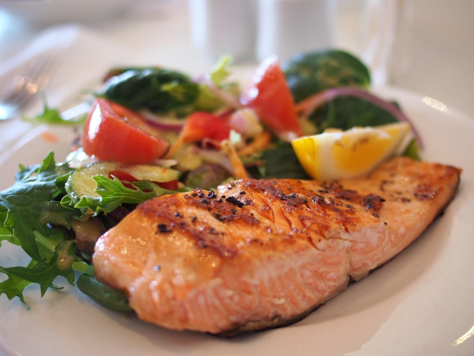 Comida saudável com salada necessária para alimentação equilibrada.