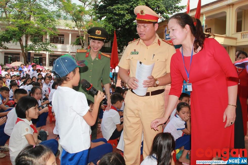 Công an tỉnh Nghệ An tổ chức tuyên truyền, phổ biến pháp luật cho các em học sinh tại Trường THCS và Tiểu học