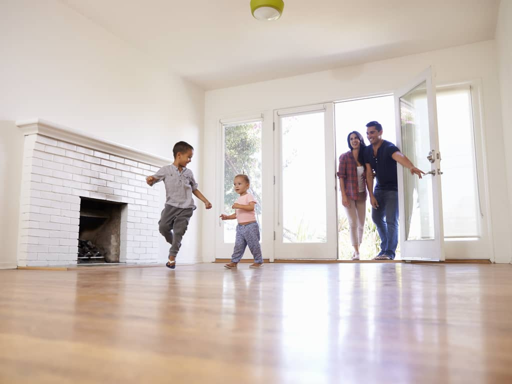 Familie zieht ins Eigenheim