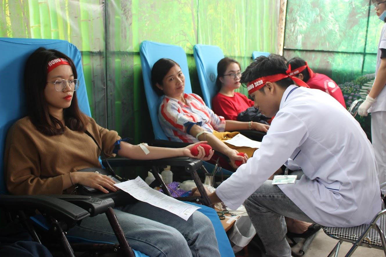 Đông đảo các cán bộ, nhân viên ngành y tế tham gia hiến máu
