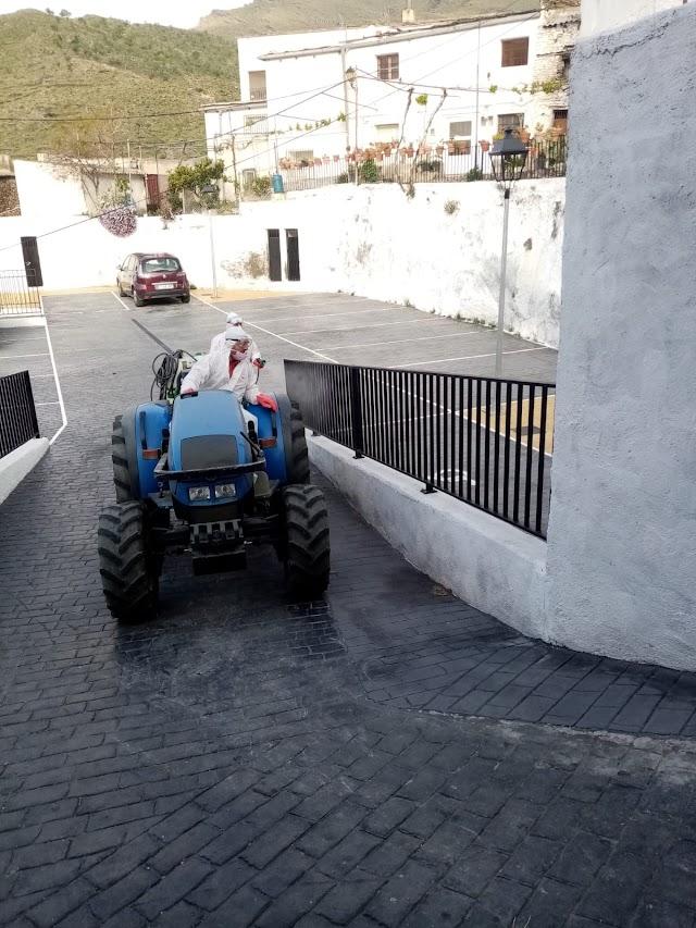 Operarios municipal usan el tractor de Alfredo en tareas de desinfección.