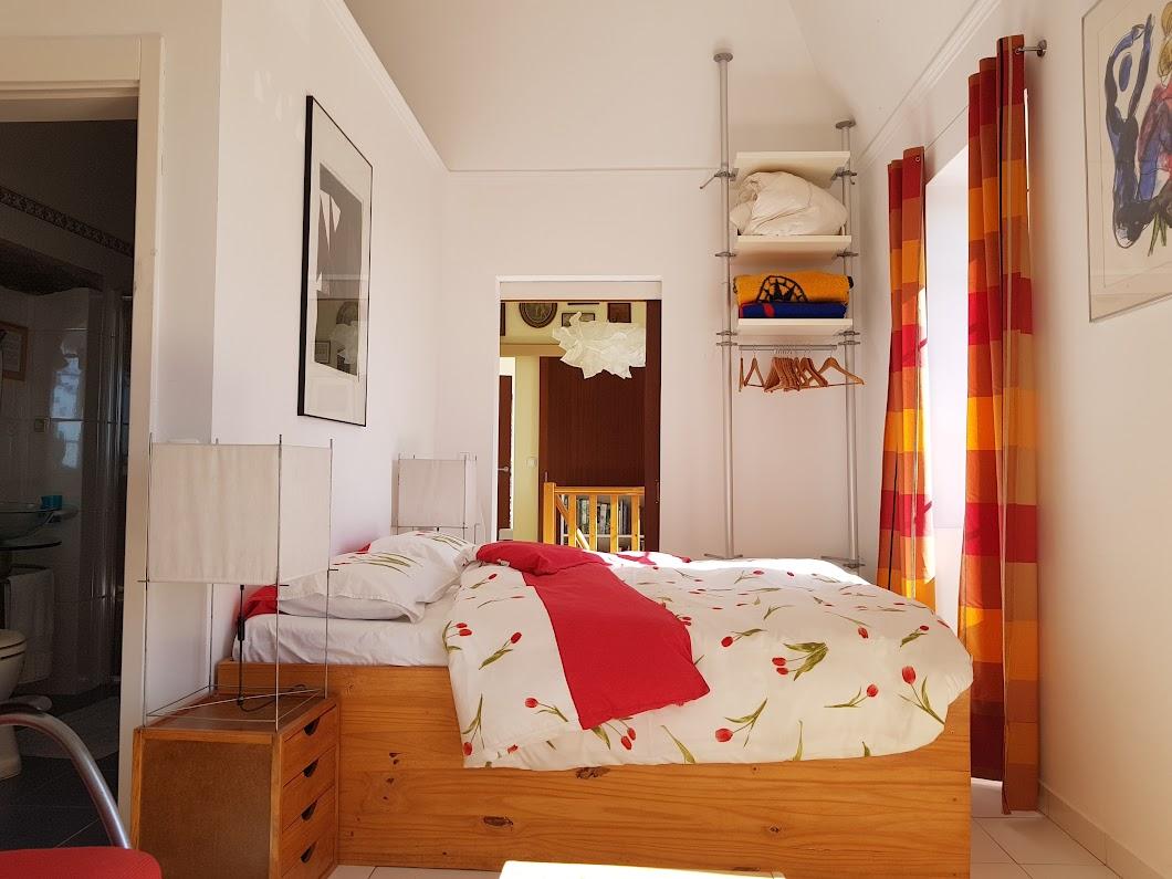 De mannen zijn in dit deel van het huis geboren. Toen ze nog niet weggetrokken waren was dit een klein kamertje.