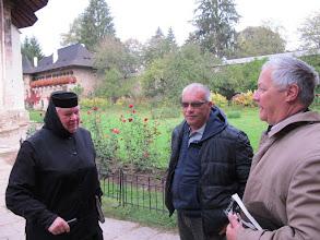 Photo: Rou1P41-151005échange d'accueil, SoeurTatiana, Adrian, Patrick, monastère Moldovita IMG_9236