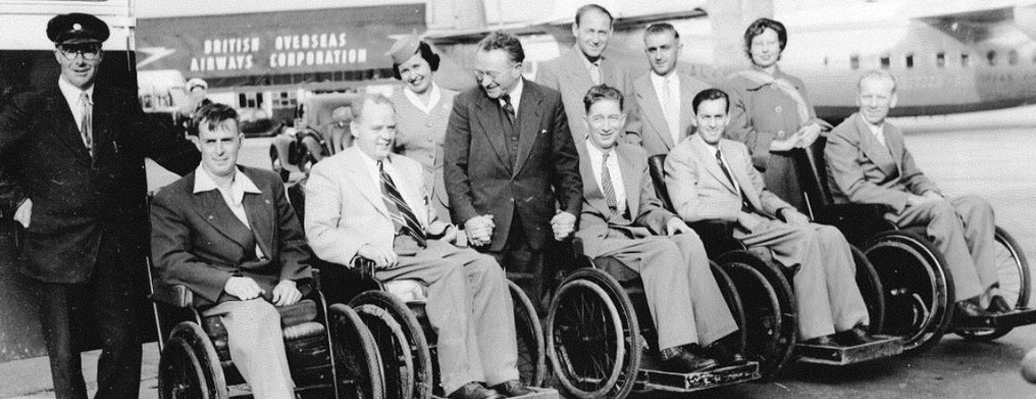 En la foto: el profesor Sir Ludwig Guttmann y el equipo abordan un vuelo a los Juegos Paralímpicos de Roma 1960 Crédito de la foto: Cortesía de la Federación Internacional de Deportes en Silla de Ruedas y Amputados (IWAS)