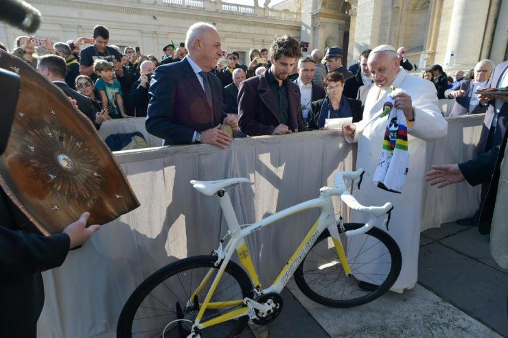 Peter Sagan tặng Đức Thánh Cha một xe đạp