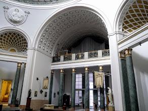 Photo: A főbejárat felé balra páduai Szent Antal, jobbra árpádházi Szent Erzsébet szobra.