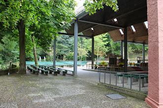 Photo: Bagved kirken en stor plads til åben gudstjeneste