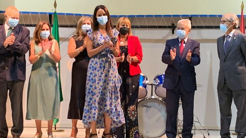 Inmaculada Hernández, sanitaria, ha recibido en nombre del Distrito Almería el premio otorgado por El Acebuche por el Día de la Merced.