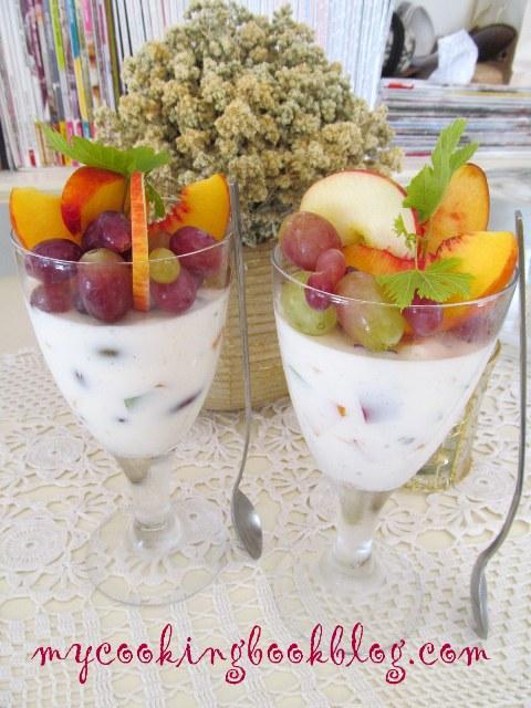 Желирано кисело мляко с плодове