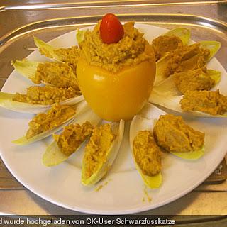 Süßkartoffel-Avocado Püree in Paprika-Gemüseblume