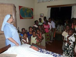 Photo: tous les enfants du pensionnat font une apparition joyeuse et une ovation chantée en l'honneur de l'anniversaire de Soeur Séréna