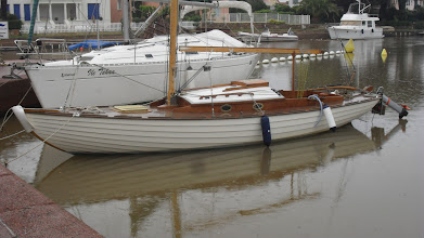 Photo: Après une mise à l'eau sous le soleil la pluie, l'armement attendra que la coque à clins regonfle après cinq mois au sec After her splash under the sun the rains return, arming her for a first sail will wait until the clinker boards tighten up after five months in the workshop