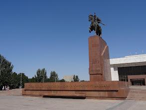 Photo: Před muzeem stojí socha Manase, který podle legendy spojil kyrgyzské kmeny.