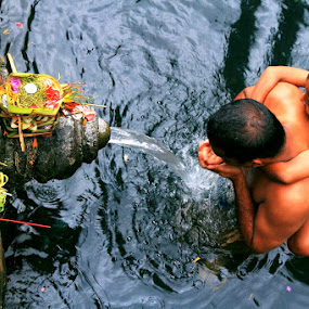 Holy Bath by Alit  Apriyana - News & Events World Events