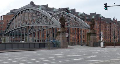 Photo: Kornhausbrücke über den Zollkanal mit Statuen von Vasco da Gama und Kolumbus