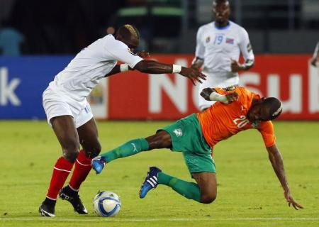 "Democratic Republic of Congo""s Yannick Bolasie (L) challenges Ivory Coast""s Serey Die during their semi-final soccer match of the 2015 African Cup of Nations. REUTERS, MIKE HUTCHINGS"