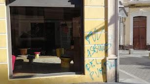 Fachada del local de La Resistencia con pintadas