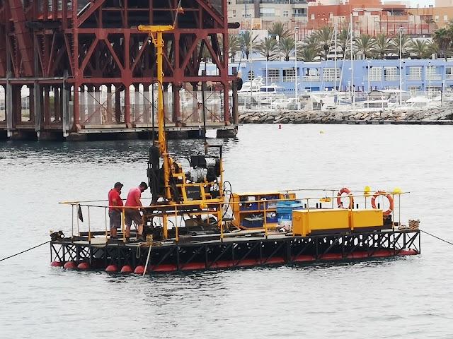 Vista de cerca de la embarcación de toma de datos