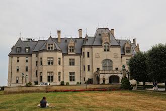 Photo: Một sinh viên đang ngồi vẽ hình lâu đài.