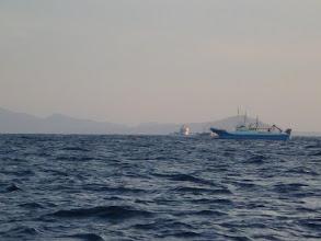 Photo: ・・・釣りをやっている場所を 「巻き網」に囲まれました。 「こりゃいかん・・・」 別の場所に移動します。