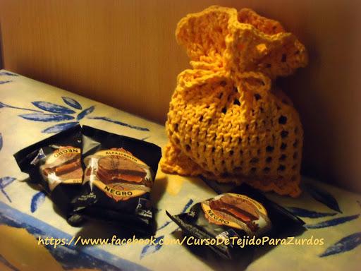 perfumero tejido con la técnica del filet crochet ganchillo para zurdos