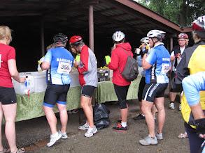 Photo: Depot i Korith - sunde sandwich, bananer, vand og energidrik - og rigtige toiletter. Det er jo et dameløb.
