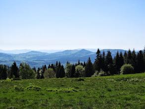 Photo: 22.Okolice szczytu Łopienia. W oddali mój dalszy szlak - od lewej Szkiełek (749 m), Ostra (925 m) i nieco za drzewami Cichoń (926 m).