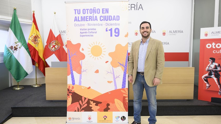Carlos Sánchez en la presentación del programa Tu otoño en Almería Ciudad.